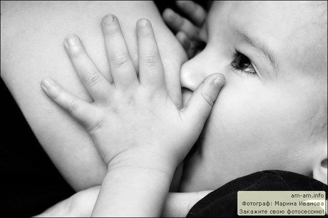 Ребенок кусает грудь, прикусывает сосок. ребенок кусает грудь. грудничок ку