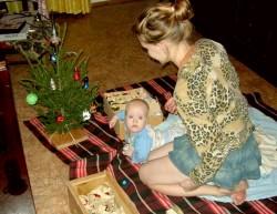 Помогаем маме наряжать елку. Фото: vooka.narod.ru
