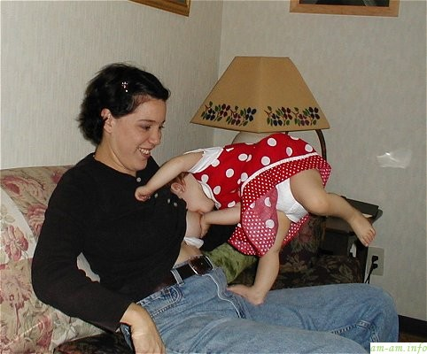 Кормить грудью можно в любой позиции, а вот держать столбиком после кормления совсем необязательно