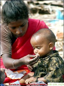 Индийская женщина прикармливает малыша