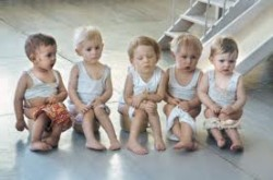 Дети в детском саду сидят на горшках