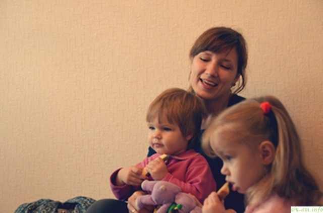 Дети играют и смотрят вверх на люстру