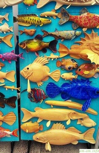 Деревянные резные рыбки на выставке