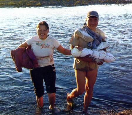 Монголы проводят спеленутыми первые три месяца жизни