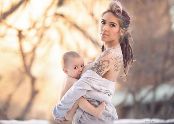 кормящая грудью мама с татуировкой на фоне деревьев