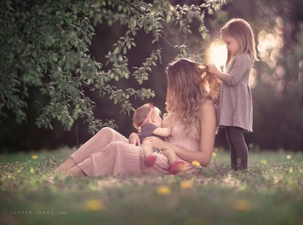 мама кормит грудью на природе нескольких детей