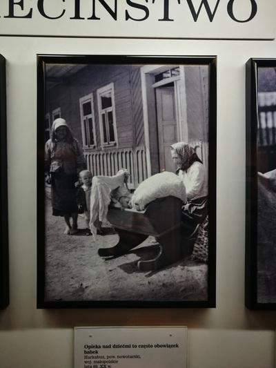 """Еще одно старое фото с бабушкой возле колыбельки, с подписью """"За детьми смотрели бабушки, это была их обязанность""""."""
