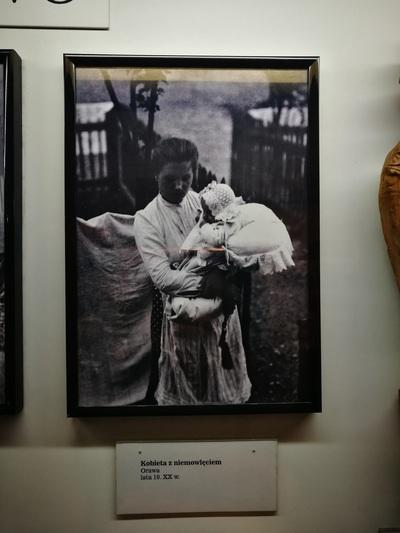 Мама с ребенком идет на работу польское фото старое