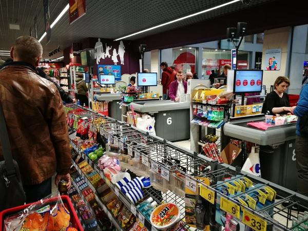 Единая очередь в кассу в супермаркете
