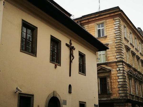 Дома на улицах Кракова с мансардами